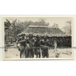 Congo-Belge: Indigenous Medicin Men In Front Of Hut / Shaman (Vintage Photo B/W ~1930s)