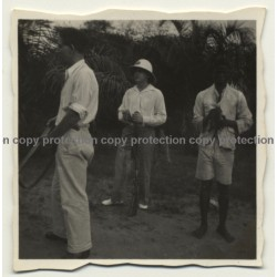 Congo - Belge: 3 Public Force Soldiers In Village / Rifles (Vintage Photo ~1920s/1930s)