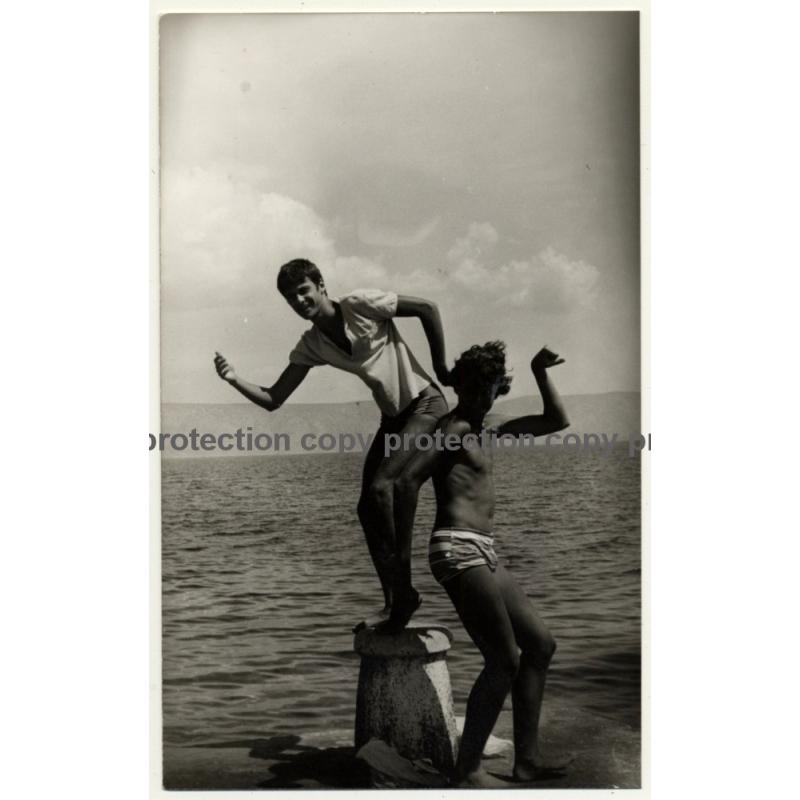 2 Funny Guys In Swim Trunks Posturing On Bollard / Gay INT (Vintage Photo 1980s)