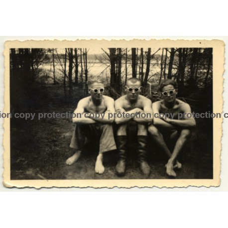 3 Semi Nude Guys Sit In Forest / Boots - Sunglasses - Gay INT (Vintage Photo ~1940s/1950s)