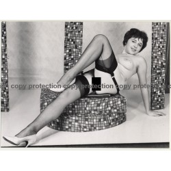 Shorthaired Nude On Dance Podest *2 / Striptease (Vintage 1950s/1960s Photo: Seufert)