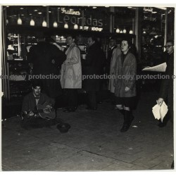 Street Musician In Front Of Leonidas Pralines Store / Bruxelles? (Vintage Photo 1960s)