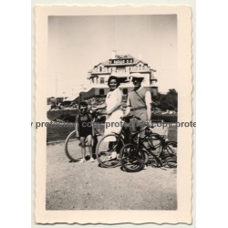 Le-Coq-Sur-Mer / De Haan: Family With Bicycles (Vintage Photo 1938)