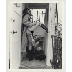 Female Gangsters On The Run 2 / Hiding In Hallway - Gun - Lesbian INT (Vintage Photo Master 60s/70s)