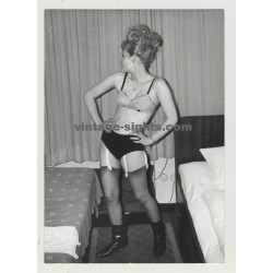 Funny Blonde Posing w. Pepita Bra, Knickers,Supsenders & Boots (Vintage Photo)