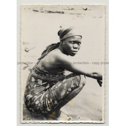 African Woman W. Headscarf In Sarong (Vintage Photo B/W Africa 1940s/1950s)