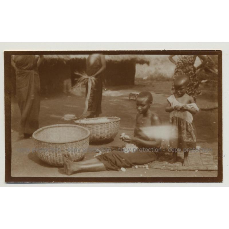 African Kids Process Cotton Wool On Market / Congo? (Vintage Photo B/W 1920s/1930s)