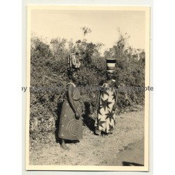 2 African Females In Beautiful Traditional Dresses / Head-Carrying  (Vintage Photo B/W ~1950s)