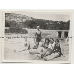 Mallorca - Baleares: Muscular Guy & 4 Girls At Beach (Vintage Photo ~1940s)
