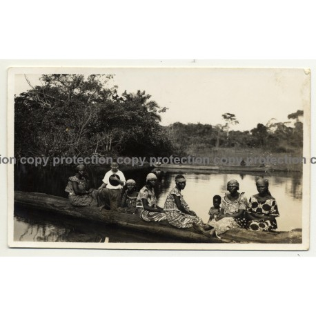 Congo: Native African Women & Kids In Dugout Camoe (Vintage Photo B/W 1930/1940s)