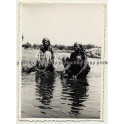Africa: 2 Congolese Women Washing Clothes At River (Vintage Photo B/W 1930s/1940s)
