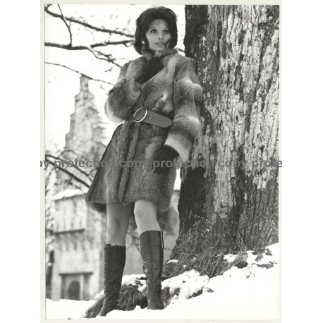 Pretty Photo Model In Fur Coat / Snow - Boots (Vintage Photo Master 1970s Fashion)