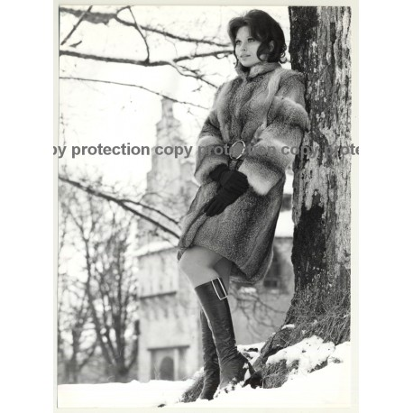Brunette Beauty In Fur Coat *2 / High Boots (Vintage Photo Master 1970s Fashion)