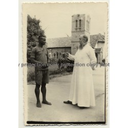 Alberta-Ebonda / Congo-Belge: Missionary & Young Idigenous Man (Vintage Photo 1930s/1940s)