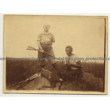 Congo-Belge: One-Armed Hunter & Native With Shot Antelope (Vintage Photo 1920s/1930s)