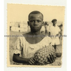 Congo-Belge: Portrait Of Pretty Young Girl With Pineapple (Vintage Photo B/W ~1940s/1950s)